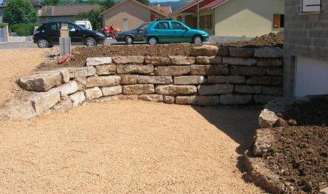 Création d'un mur d'enrochement par entreprise de terrassement à Morestel