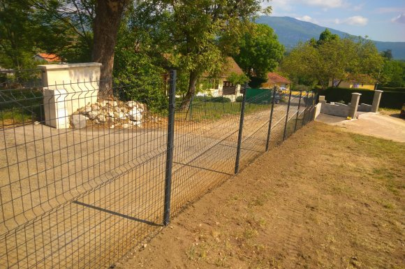 Pose de clôture rigide